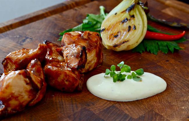 Marinerad kycklinglårfilé med kallrökt vitlöksdipp